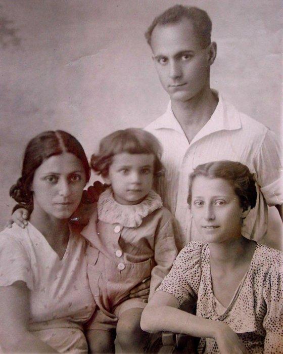 Рахиль с детьми Азариком и Майей и братом Аминадавом